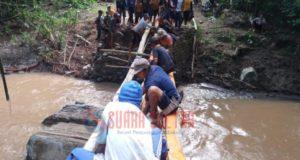 Jalur Transportasi Putus, Warga Dibantu TNI dan Polri Bangun Jembatan Darurat
