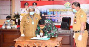 Danrem 143/HO Serahkan Bantuan APD 2000 Pics dari Gugus Tugas Nasional ke Gubernur Sultra
