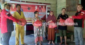 Peduli Kemanusiaan, PDIP Konawe Berbagi Sembako di Kecamatan Asinua