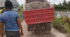 Peduli Kemanusiaan, PT VDNI Timbun Jalan Desa Yang Rusak Parah